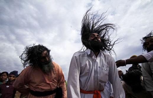 سرچرخانی چند هندو در یک مراسم آیینی در جامو.